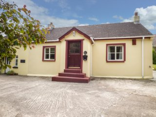 MILFORD HAVEN, open fire, enclosed garden, close to local amenities, in Milford