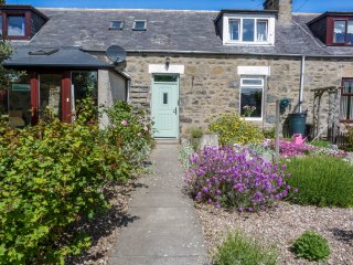 5 DISTILLERY COTTAGES, king-size, woodburning stove, pet friendly, Inverboyndie,