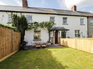 DAISY COTTAGE, sleeps eight, woodburning stove, hot tub, pet friendly, Cemmaes,