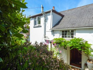 SWALLOW COTTAGE, pet-friendly, detached cottage, WiFi, garden, close to Roseland