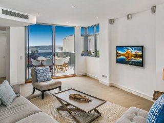 Elegant 3-bedroom apartment by the beach