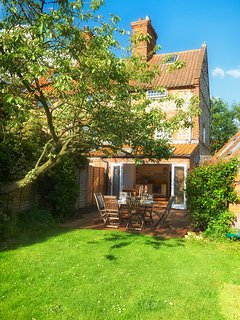 Beautiful flint cottage with large secluded garden