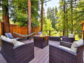 Maristella's Treehouse!Newly Remodeled!Hot tub,Deck,Golf,Redwoods!