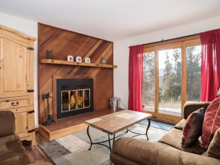 COZY 2 BR CONDO NEAR SKI RESORTS, ACCESS TO POOL AND HOT TUB, 5 MIN TO TOWN!
