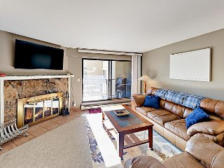 Updated 2BR w/ Patio, Mountain & Lake Views – Hot Tub & Pool, Walk to Gondola