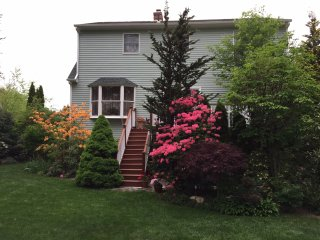 Cozy Contemporary cape with beautiful garden, near Providence downtown.
