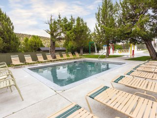 Redmond, OR: 1 Bedroom Suite with Balcony, Mini Kitchen, 2 Pools, 3 Golf Courses