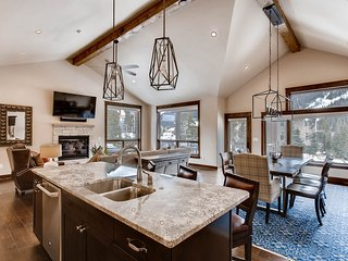 New 3Bdr Luxury Home-fireplace,on-site parking,Kids Ski Free