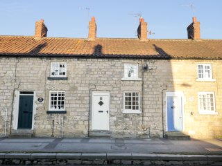 APPLELEAF COTTAGE, breakfast bar, open fire, exposed beams, in Pickering, Ref. 9