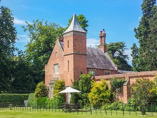 WELLINGTON, emperor bed, en-suite, four poster, private, pets welcome, near Whit