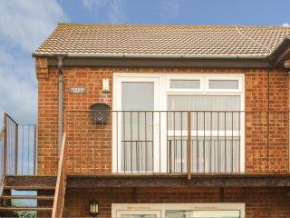 COCKLES, open plan, pet friendly, sleeps four, sea side, Hunstanton, Ref 953797