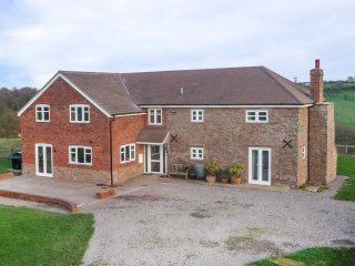 WOOD COTTAGE, electric stove, lawned garden, countryside views, Tenbury Wells