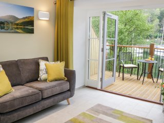FROST, modern terraced cottage, WiFi, dog welcome, on the shore of Windermere, F