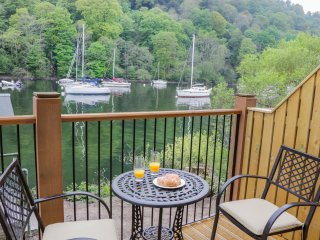 PEARSALL, luxury terrace cottage, super king-size bed, balcony with views of Win