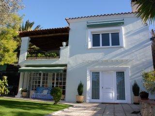 Villa Verde Sitges con piscina, chill-out, cocina exterior a 2 minutos de Sitges