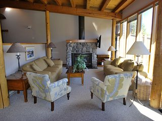 FANTASTIC VIEWS, FIREPLACE, POOL/JACUZZI, FREE EASY SHUTTLE TO SLOPES!!