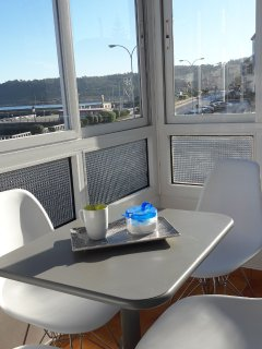 Un café mirando al mar  y disfrutando de una mañana de diciembre  muy soleada