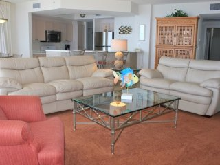 Beachfront resort condo w/ gulf views!! Access to multiple pools, fitness, sauna
