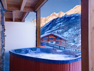 Luxury Chalet With 4 Bedrooms and Outdoor Hot Tub