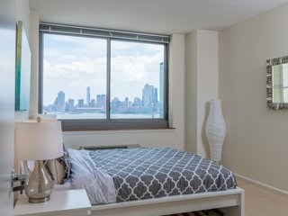 STUNNING VIEWS OF NY CITY AND WORLD TRADE CTR-2B2BA-ZEN SUITES-39QH