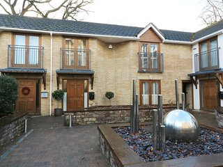 SAXONBURY COURT, sun room, Juliet balconies, spacious living, in Abergavenny