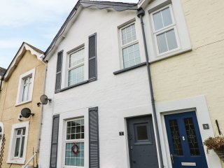 KIELY COTTAGE, mid-terrace, pet-friendly, close to a beach, family-friendly, in
