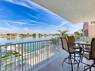 Marina Views, Designer Decor, Gourmet Kitchen, Big Balcony, W/D, Wi-Fi & Cable,