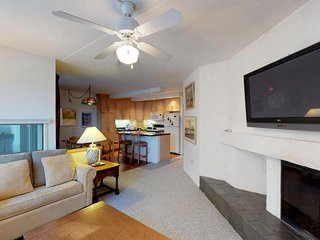 Modern condo w/12 tennis courts, 2 pools, & shared hot tub - 1 mile to Sugarbush