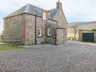 WHITE HILLOCKS FARM HOUSE, countryside views, pet-friendly, near Cairngorms, Ref