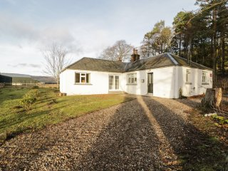 WHITE HILLOCKS COTTAGE, countryside views, near Cairngorms, pet-friendly, Ref