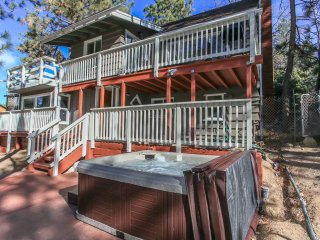 ~Pinecone Casa~Hot Tub~Pool Table~Central Location~Minutes To Town~