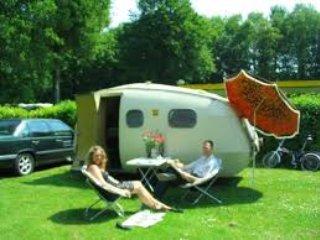 Gezellige camping in het bos op loopafstand van het stadscentrum