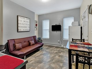 Quaint, Modern Stylish Apt Close to Subway & Mins from Center City