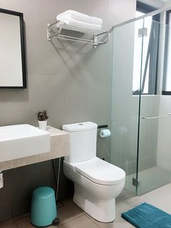 shampoo, fresh towels and tank type water heater