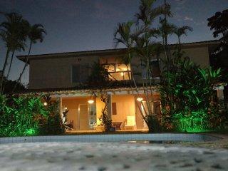 Casa com ,Seis suites,, jardins e piscina ha 300 metros da praia