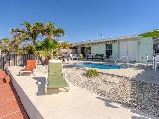 WATERFRONT / DOCK / POOL / WALK TO CABANA BEACH CLUB *REDUCED* MAY 12-19 $1595WK