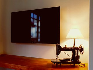Tv 42 pulgadas pantalla plana y lampara con máquina de coser.