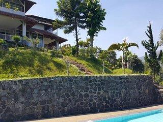 Villa Kaca Putih
