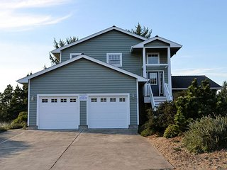 SEA ESCAPE~Spacious home with golf course view and hot tub!