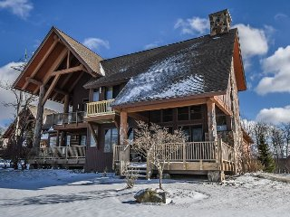 New, ski-in/ski-out duplex with outdoor hot tub!