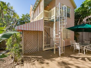 ~ POINCIANA TREETOP ~ Swanky Suite w/ Pvt Hot Tub & Parking - Great Location!
