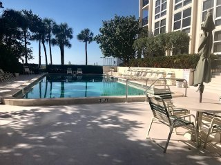2018 WINTER RENTAL 2/2 - AQUARIUS CLUB - STEPS FROM THE BEACH!