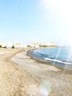 Stranden är milslång och vacker. Den är kantad av strandrestauranger varav många är öppna året runt.