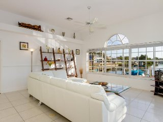 Aquamarine,spectacular canal view, 3 Bedrooms/2 Bathrooms with Gulf access in wa