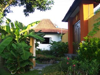 Kubu Ampo - 4 Bedroom Joglo Wooden Style Home, Private Pool, Staff Service