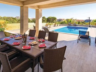 Merima 1. luxury apartment with a pool for 9