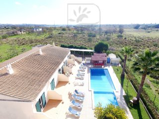 LOVELY APARTMENT, W/ SWIMMING POOL, BBQ, WIFI & JUST 2KM FROM THE BEACH