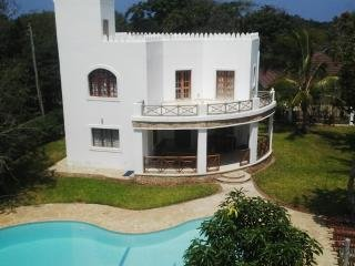 Villa Mapenzi, Exclusive 5* villa, Wifi ,Private S/pool, chef, <200mtrs to Beach