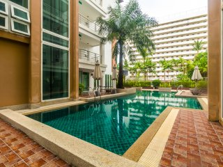 Convenient Patong apartment  for 4. Gym and pool! Walk to market and beach. HL