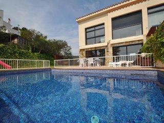 Espléndida casa con piscina y jardín. Tranquila y preciosas vistas.